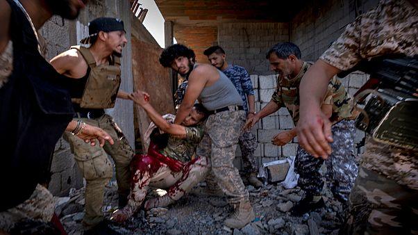 مقاتل مصاب بجروح من إحدى الوحدات المتحالفة مع الحكومة الليبية المدعومة من الأمم المتحدة