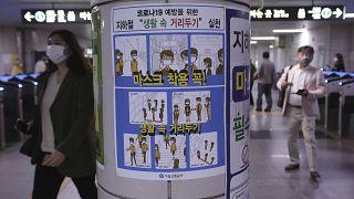 Una locandina con le precauzioni anti-Covid in una stazione della metro a Seul