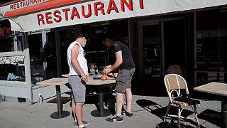 آماده سازی یک رستوران برای پذیرایی در پاریس