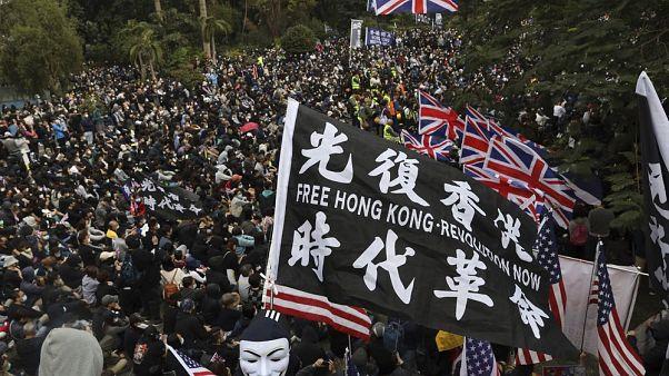 Hong Kong'daki Çin karşıtı gösteriler sırasında İngiltere ve ABD bayrakları taşıyan göstericiler