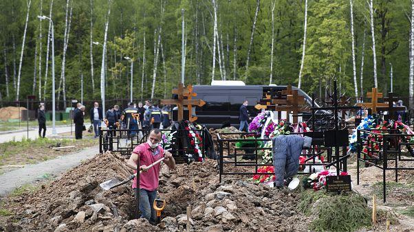 دفن ضحايا فيروس كورونا في موسكو