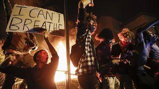 """""""لا يمكنني التنفس"""" شعار رفعه محتجون منذ ثلاثة أيام في مينيابوليس الأميركية"""