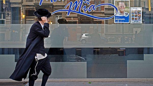 Sokakta yürüyen bir Yahudi