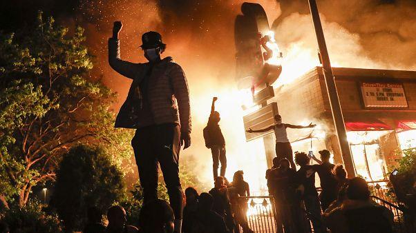 Troisième nuit de manifestations à Minneapolis après la mort de George Floyd suite à des violences policières, le 28 mai 2020