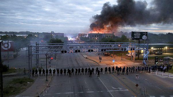 Des militaires et des policiers patrouillent dans les rues de Minneapolis alors que plusieurs bâtiments brûlent, incendiés lors des manifestations contre la mort de George Floyd