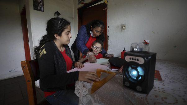 Las lecciones de radio de una hora desarrollada por el gobierno municipal mantiene a los niños ocupados mientras las escuelas están cerradas.