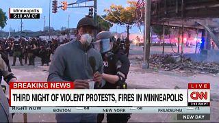 """شاهد: الشرطة الأمريكية تعتقل صحافي شبكة """"سي إن إن"""" خلال تغطية مباشرة"""