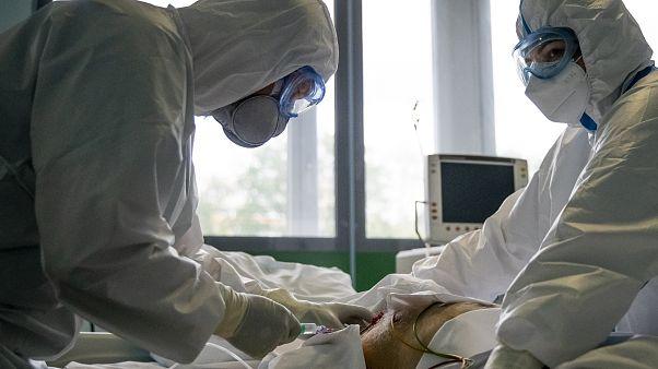 طبيبان يعالجان مصابا بكوفيد-19 في أحد مستشفيات موسكو - 2020/05/15