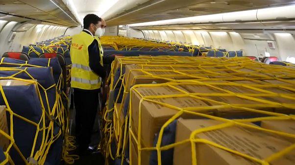 Cabina de pasajeros llena de material sanitario