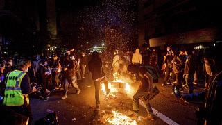 Manifestantes queman basura durante una protesta en Oakland, California