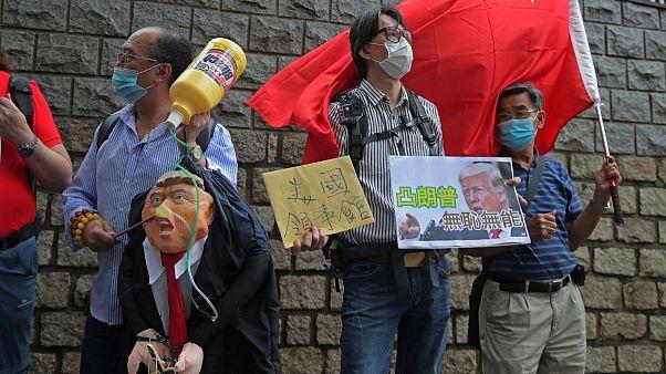 تظاهرات طرفداران پکن مقابل کنسولگری آمریکا