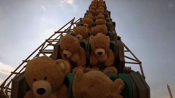 شاهد: دمى لدببة عملاقة تستمتع بمغامرة السفينة الدوارة في مدينة ألعاب هولاندية