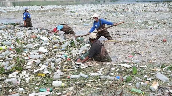 Menschen bei der Müllbeseitigung