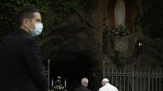 El papa Francisco ante la gruta de Lourdes del Vaticano