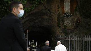 Papa Francisco reza terço junto à Gruta de Lourdes
