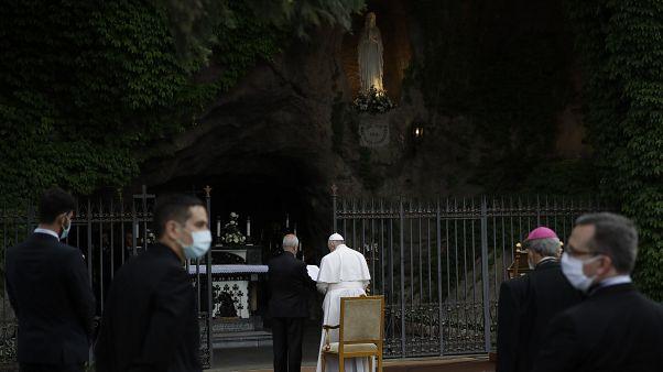 Папа римский в Лурдском гроте Ватикана