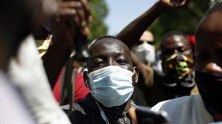 I migranti irregolari scesi in piazza a Parigi