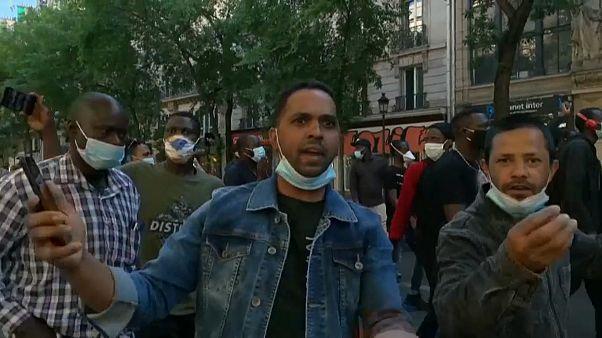 Több ezer bevándorló tüntetett francia iratokat követelve Párizsban