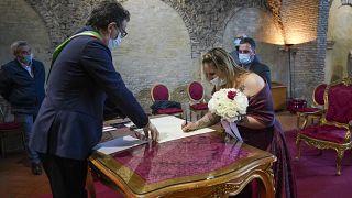 Los invitados están obligados a mantener la distancia social en las bodas