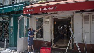 Los cafés ultiman los preparativos para su reapertura en Francia