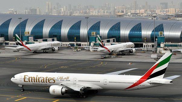 طائرة شركة الإمارات للطيران في مطار دبي الدولي