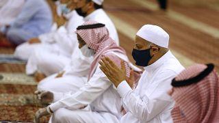 السعوديون يعودون إلى المساجد بكمامات
