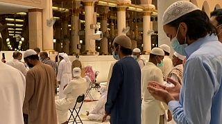 Fidèles saoudiens dans une mosquée de Médine