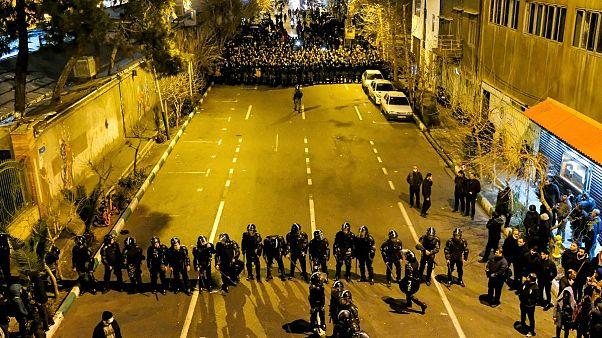 تجمع ماموران امنیتی مقابل دانشگاه امیر کبیر در تهران