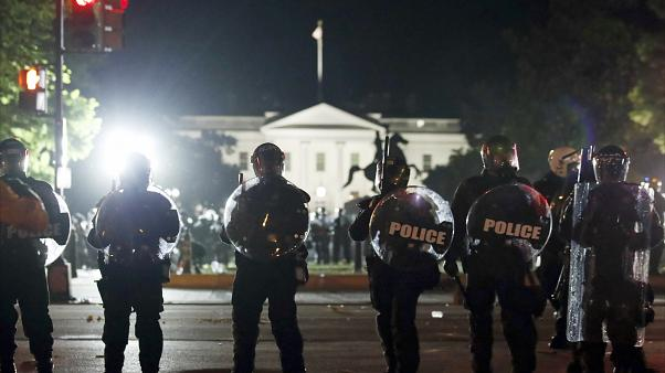 عناصر من الشرطة الأمريكية أمام البيت الأبيض