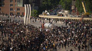 شاحنة تشق طريقها بالقوة بين جموع متظاهرين