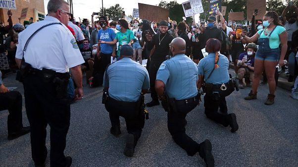 Ferguson'da polis memurları, 30 Mayıs 2020 Cumartesi günü karakol otoparkındaki protestoculara destek verdi