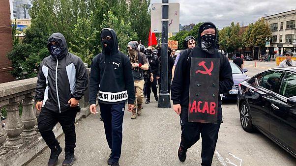 Antifa üyeleri gösterilerde taktıkları maske ve siyah kıyafetleri ile biliniyor