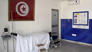 سرير في المستشفى الميداني الذي أقيم في صالة ألعاب رياضية بحي المنزه بالعاصمة تونس