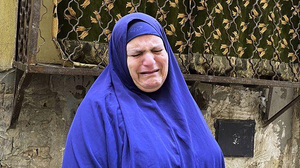 سيدة مصرية تبكي بعد وفاة صديقتها جراء كورونا