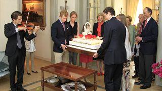 Prinz Joachim (2.v.l.) und sein Bruder Amedeo tragen den Geburtstagskuchen ihrer Mutter Astrid, zu deren 50. Geburtstag. (Archivbild,Juni 2012)