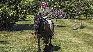Covid-19 : Elizabeth II réapparaît à Windsor, chevauchant un poney