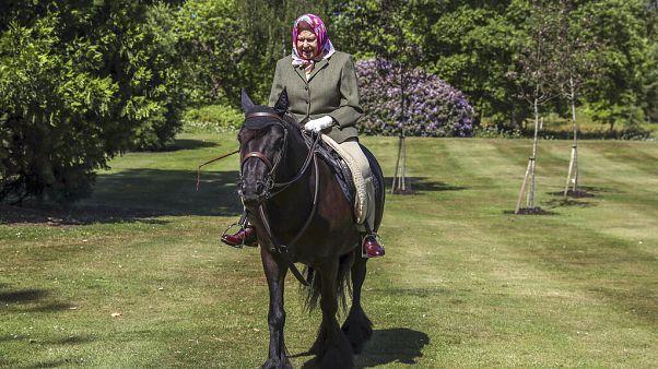 Isabel II vista pela 1ª vez em público desde o confinamento