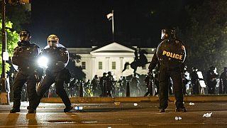Antidisturbios a las puertas de la Casa Blanca el domingo por la noche