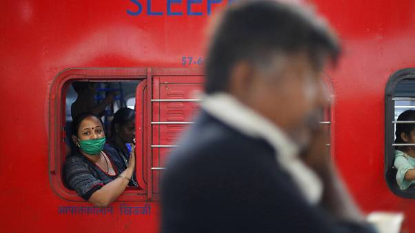 Személyvonat érkezik Mahárástra államból Prayagraj állomásra