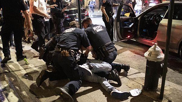 ABD'de polis şiddetiyle patlak veren protestolarda New York'taki ünlü mağazalar yağmalandı