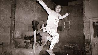 """Refai (12 anni) di Qamishli, Siria, e il ritratto """"dinamico"""" della sorella - Sirkhan Darkroom"""