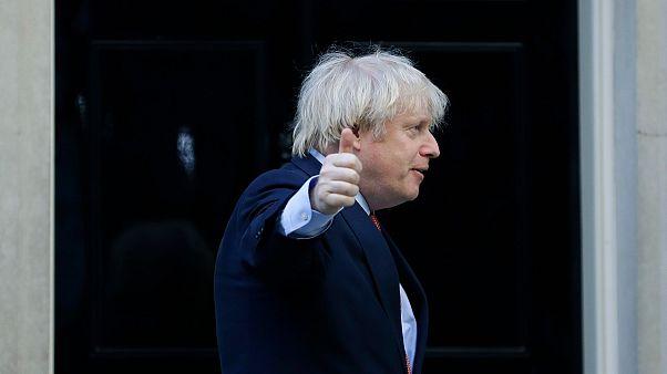 Le Premier ministre britannique Boris Johnson fait un geste après avoir applaudi sur le pas de la porte du 10 Downing Street, le jeudi 28 mai 2020.