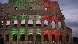 Il Colosseo con le luci del tricolore