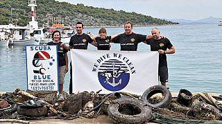 Εθελοντές δύτες της οργάνωσης WE DIVE WE CLEAN