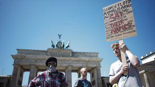 La protesta alla porta di Brandeburgo, Berlino, il 1 giugno 2020