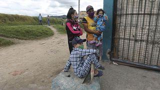 مواطنون كولمبيون ينتظرون دورهم من أجل الحصول على مساعدات غذائية أثناء انتشار وباء كورونا
