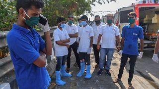 مجموعة من العاملين في نقل المصابين بفيروس كورونا