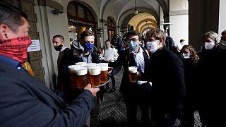 La gente fa la fila per una birra sulla terrazza di un ristorante a Praga, Repubblica Ceca