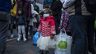 Flüchtlinge und Migranten warten nach ihrer Ankunft im Hafen von Piräus bei Athen auf die Weiterreise und Unterbringung außerhalb der Flüchtlingscamps. Montag, 4. Mai 2020.