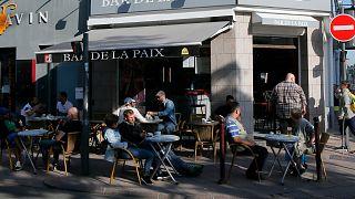 فرنسيون في مقهى بالعاصمة باريس في 2 يونيو حزيران 2020